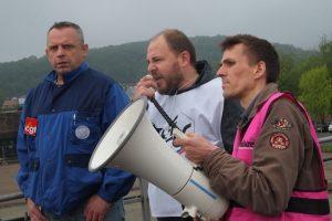 Philippe Petitcolin (CFE-CGC), entouré de Fabrice Chirat (CGT) et d'Alexis Sesmat (Sud Industrie), pour l'intersyndicale.