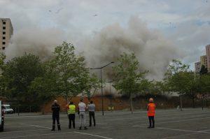 L'effondrement entraîne un important nuage de poussière.