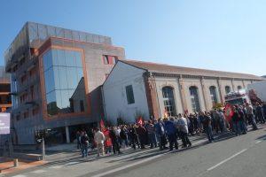 Entre 200 et 300 personnes ont bloqué la sortie d'un convoi transportant une turbine 6B.03, à Belfort, rue de la Découverte.