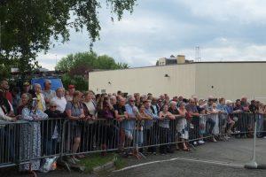 Une foule nombreuse s'est amassée le long du périmètre de sécurité pour assister à ce spectacle singulier.