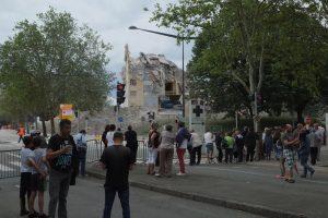Après l'effondrement, il ne reste que quelques étages, qui seront terminés de détruire avec une pelleteuse.