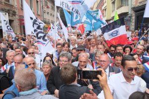 Philippe Poutou (NPA), à droite de Jean-Luc Mélenchon, a aussi rejoint le cortège officiel pour participer à la manifestation.