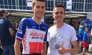 Le champion de France Warren Barguil pose avec Alexis Sesmat (Sud Industrie) qui a fait le tour des plateaux avant le départ.