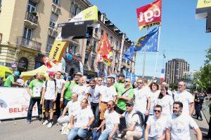 30 salariés de GE ont fait une haie d'honneur au départ de la 7e étape du Tour, alertant sur le plan social.