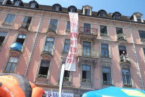 """Une banderole non prévue a été affichée face au départ, en anglais, précisant : """"GE tue l'emploi. Macron, qu'est-ce que tu attends?"""""""