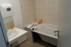 Reproduction d'une salle de bain à domicile, avec baignoire, pour apprendre à intervenir au domicile du patient.