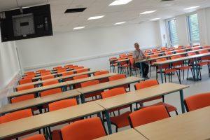Cette salle de 90 places est connectée à l'amphithéâtre, permettant d'y suivre les conférences.