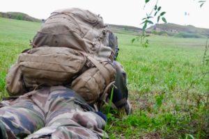 Avant l'assaut, une section d'appui opérationnel surveille le théâtre des opérations.