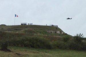 Un hélicoptère Tigre assure la protection des troupes.