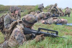 Après l'assaut, les militaires se positionnent pour tenir l'objectif et assurer la sécurité de l'évacuation médicale.
