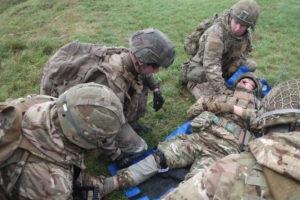 Deux blessés sont à déplorer au cours de l'assaut. On prépare l'évacuation.