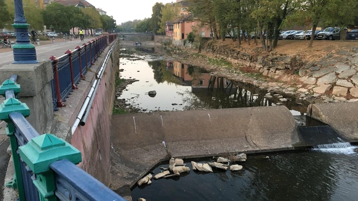 Depuis deux ans, les rivières du territoire de Belfort souffrent. Ici, la Savoureuse à Belfort en octobre 2018. ©Le Trois – P.-Y.R.