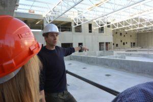 Olivier Vahe a guidé les élus sur le chantier. il est responsable des équipements sportifs du Grand Belfort.