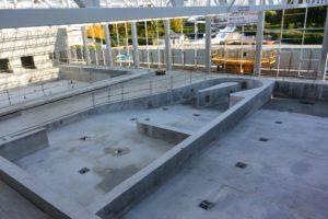 Les trois nouveaux bassins: au fond, le bassin d'apprentissage,; au milieur, la rivière avec contre-courant; à droite, le bassin sportif.