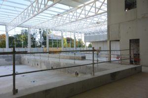 Les trois bassins et la structure du toit, en cours de pose.