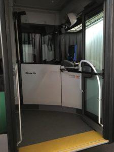 """Le poste de conduite est plus haut que dans les précédents bus. Une vitrine retombe également pour """"isoler"""" le chauffeur."""
