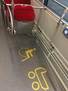 Le couloir du bus est plus large pour faciliter l'accès des poussettes et des fauteuils. Deux places PMR sont prévues.