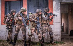 Les gaillards s'entraînent aux combats urbains, au Cenzub, dans l'Aisne.