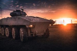Un véhicule blindé de combat de l'infanterie (VBCI) baigné par le coucher de soleil, à Mailly-le-Camp, base du Centac.