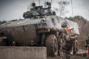 Un véhicule blindé de combat de l'infanterie (VBCI), en action cet hiver, à l'entraînement.