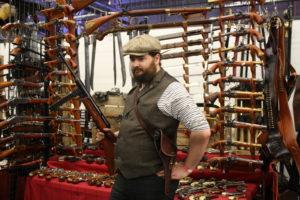Au Comptoir de l'ours, Nicolas Kretzer, costumier, pose avec la reproduction d'un MP40.