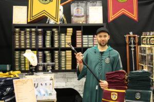 Guillaume, vendeur à la boutique Harry Potter « Mon Univers » est fier de la canne-baguette du « méchant-noble » Lucius Malefoy.