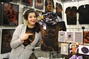 Au stand de Pomme, Safia expose ses t-shirts et son mannequin Ulysse.