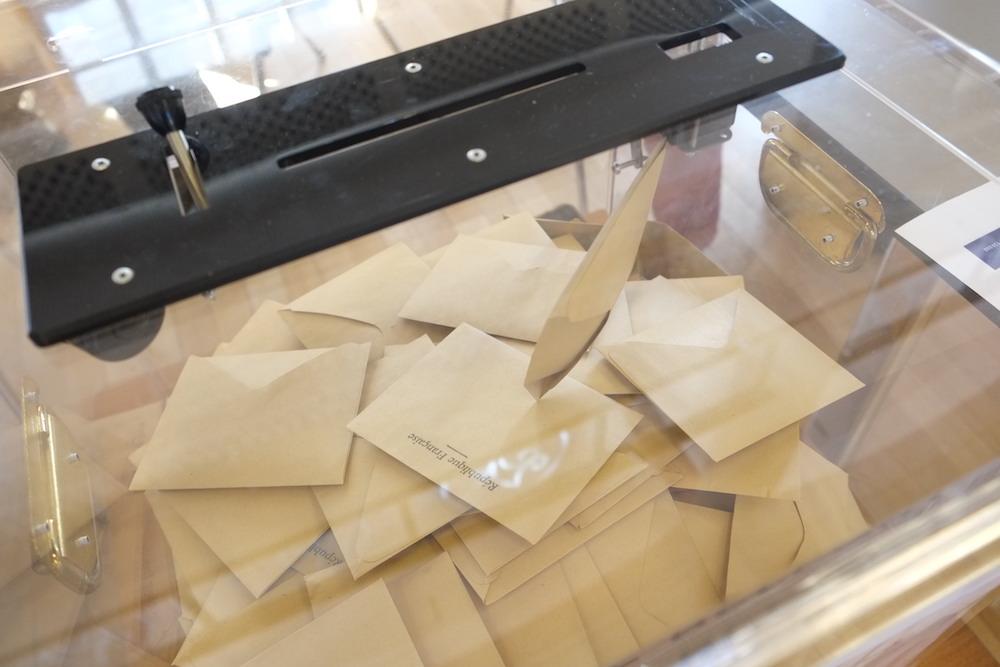 Une urne lors du premier tour de l'élection municipale le 15 mars 2020