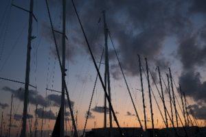 Coucher de soleil et mâts de bateaux façonnent toujours un décor romantique (©freemake - Pixabay).
