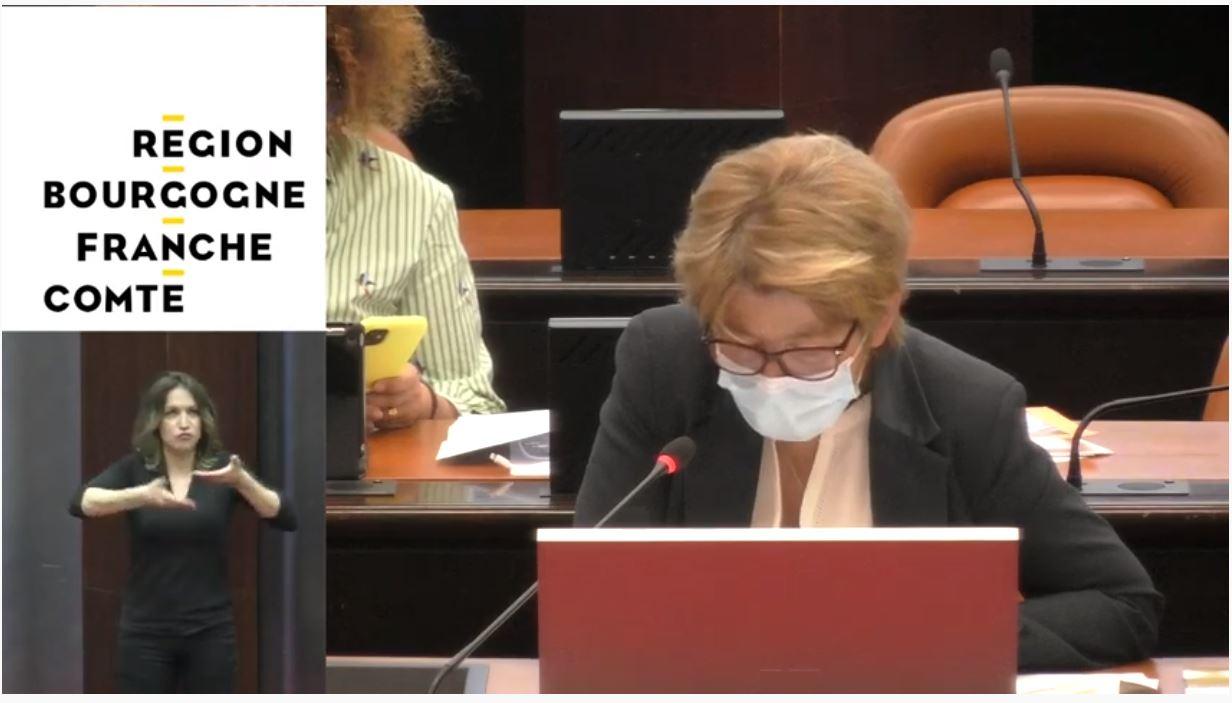 marie-Guite Dufay, préside la séance du conseil régional de Bourgogne-Franche-Comté en portant un masque.