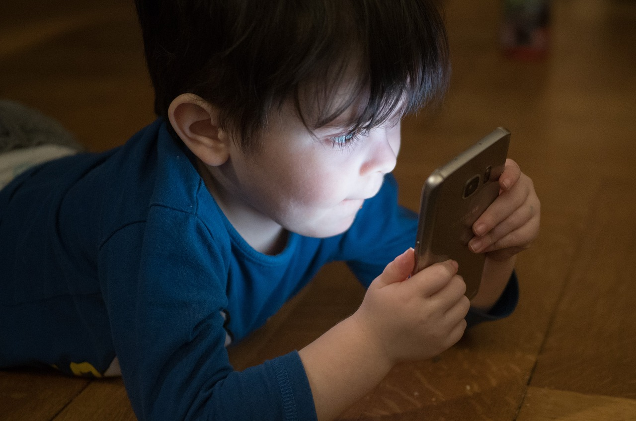 Prévenir l'addiction aux écrans est en enjeu de santé publique dans cette période de confinement liée à la pandémie du covid-19.