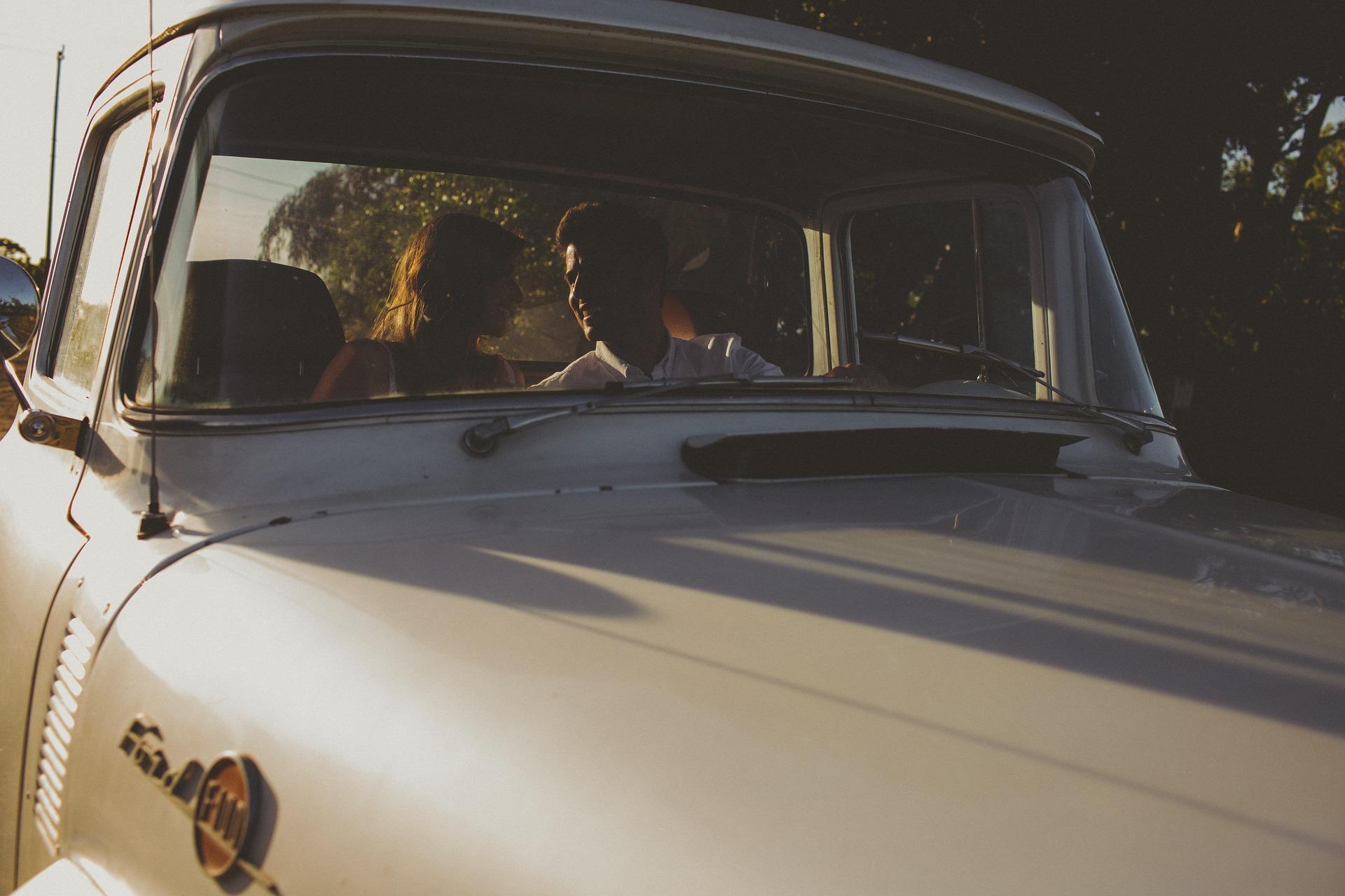Faire l'amour en voiture n'est pas un motif pour rompre le confinement.