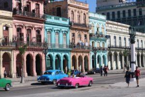 Avenue colorée de La Havane (©SweetMellowChill– Pixabay).