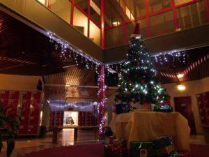 Le hall du lycée paré pour Noël (©Gautier Drouin).