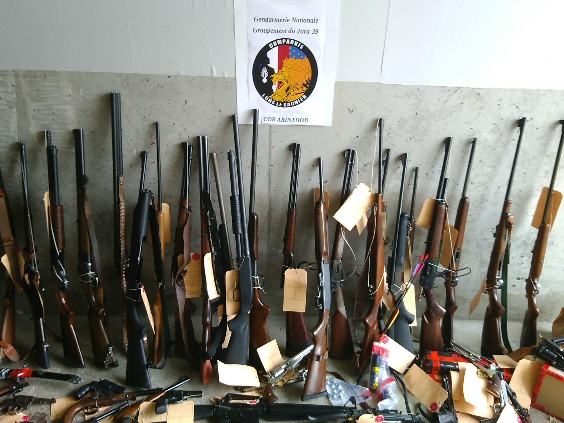 """Une grenade, 25 fusils, 36 armes de poings ou encore 88 couteaux de survie: la gendarmerie du Jura a découvert un véritable """"arsenal"""" dans la maison d'un octogénaire à Arinthod"""
