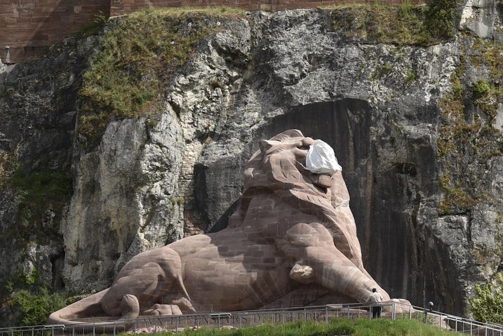 Un masque a été installé sur le lion de Belfort.