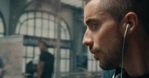 Dans le clip, Pihpoh fréquente le métro parisien et les rues de la capitale.