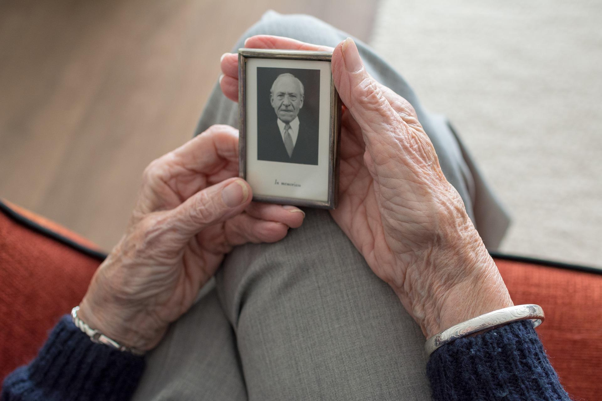 Les personnes âgées sont particulièrement touchées par les formes graves du covid-19. Image par Sabine van Erp de Pixabay