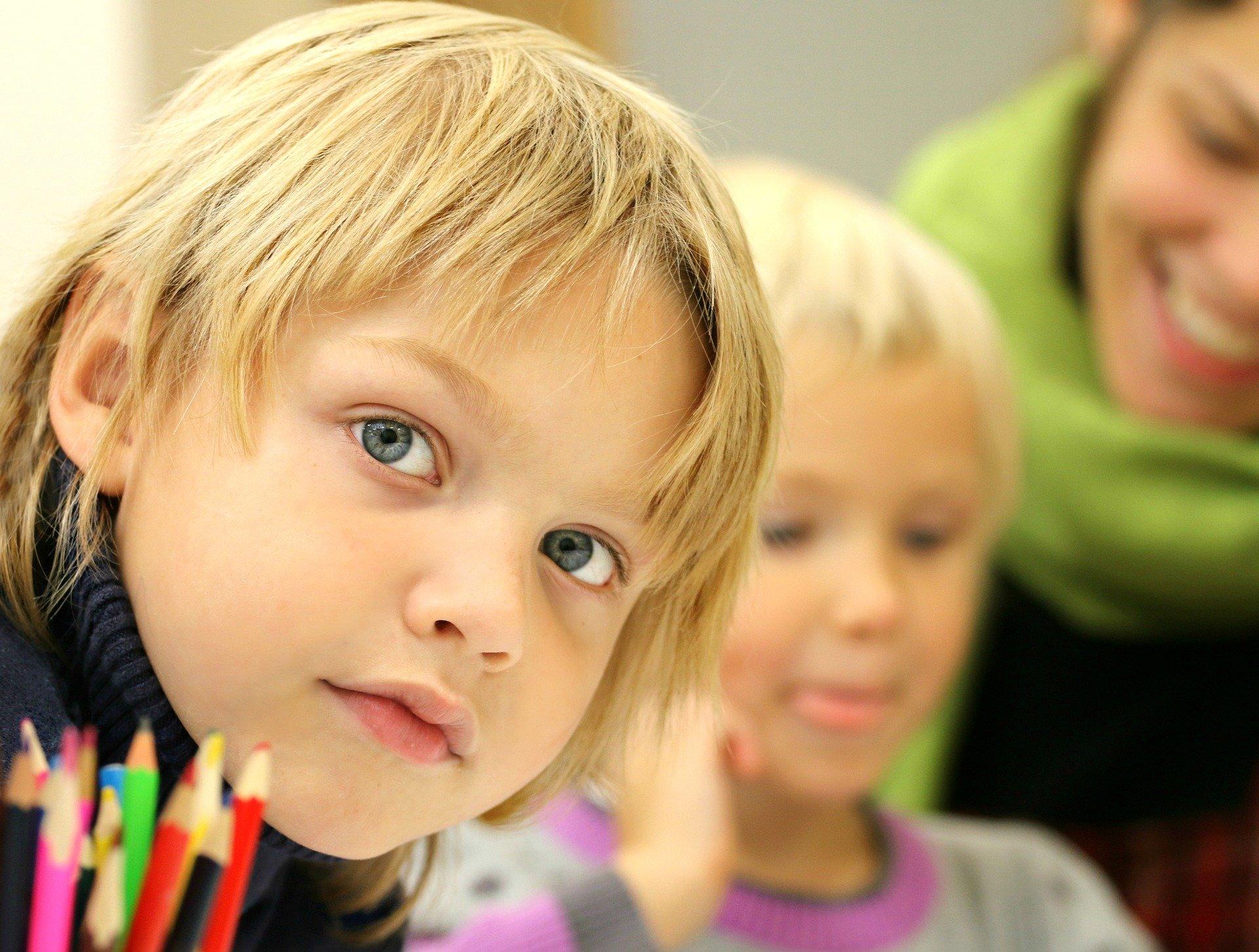 Les élèves de grande section, CP et CM2 pourront retourner jeudi à l'école, dans le Doubs. Image parklimkindePixabay