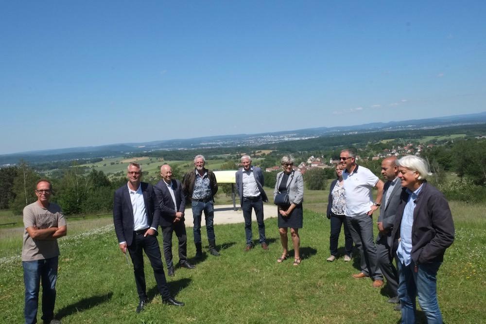 Des élus de Pays de Montbéliard Agglomératio, du groupe Indépendants et Solidaires, qui entourent Nicolas Pacquot, candidat à la présidence de l'agglo.