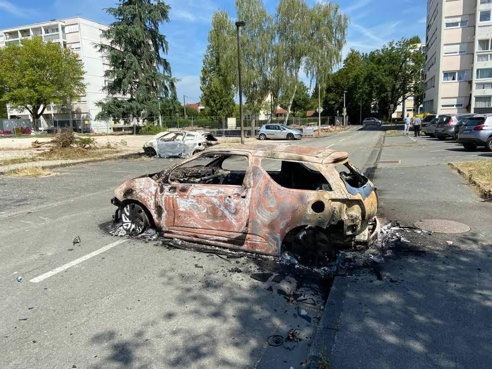 De nombreuses voitures ont été brûlées dans le quartier de la Petite-Hollande à Montbéliard, dans la nuit du 13 au 14 juillet. Un couvre-feu est instauré.