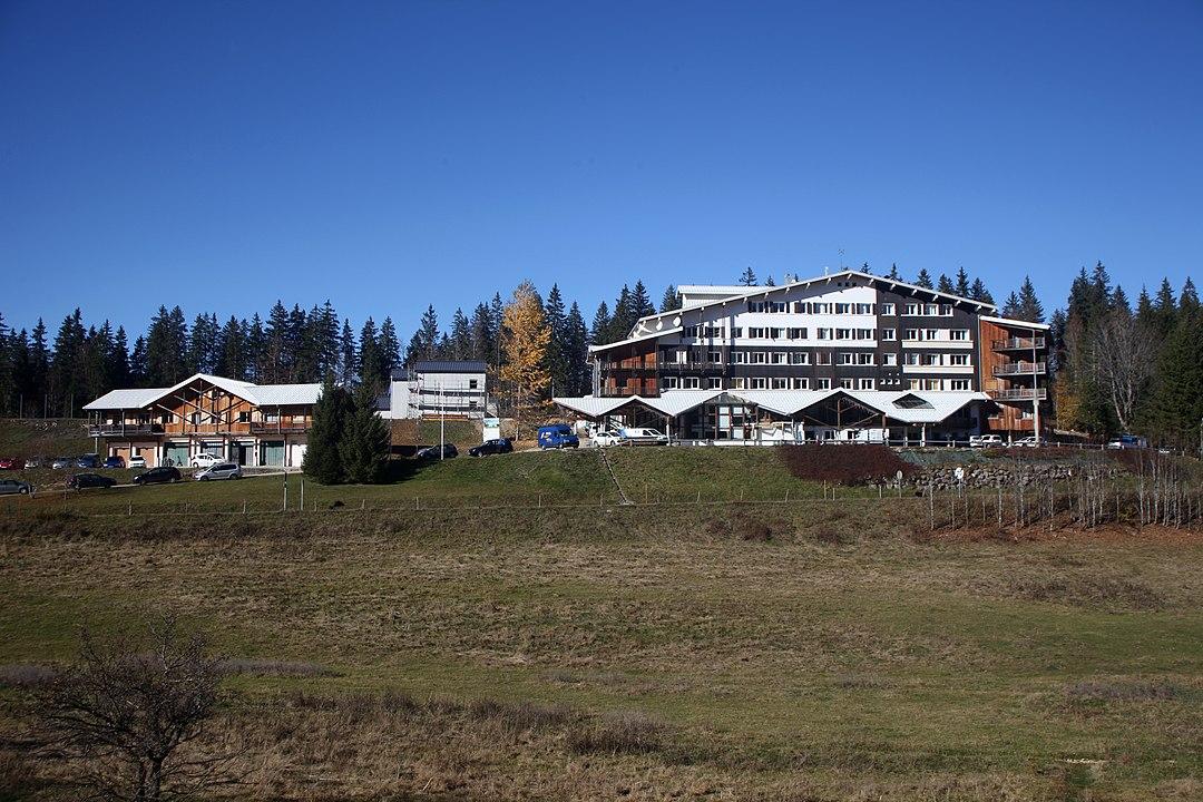 Décès d'un ancien médecin de l'équipe de France après un accident de saut à ski, à Prémanon, dans le Jura.