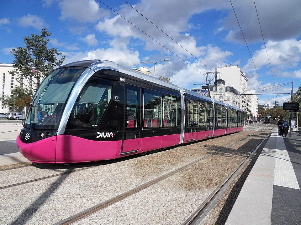 Deux mineurs étaient en garde à vue vendredi après avoir frappé la veille au soir à Dijon un conducteur de tram qui leur demandait de porter leurs masques de protection contre le coronavirus,