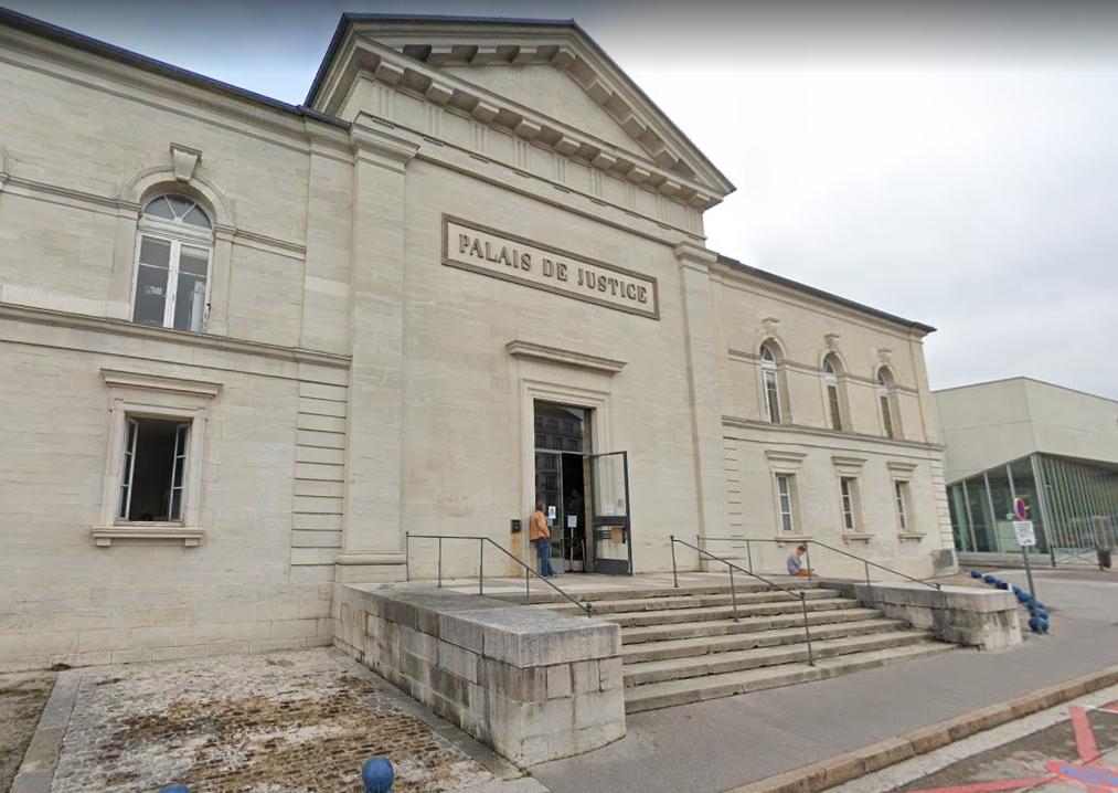 Deux hommes de 39 et 58 ans opposés au déploiement de la 5G pour des raisons environnementales ont été condamnés lundi à 3 et 4 ans de prison ferme pour avoir incendié une antenne-relais dans le Jura.