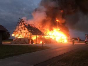 Une ferme de Bure a totalement brûlé ce mardi matin. Des pompiers de Delle ont aidé leurs collègues suisses.