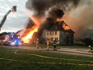 Les pompiers de Delle interviennent pour un incendie en Suisse, à Bure.
