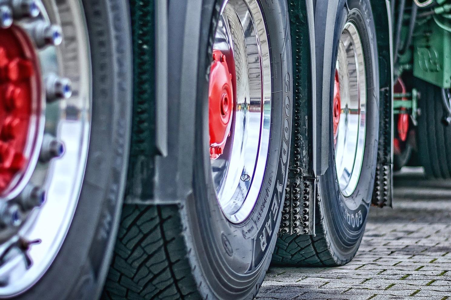 Sophie Rollet enquête sur les éclatements de pneus, un travail de fourmi qui pourrait finir par mener la multinationale Goodyear devant la justice.
