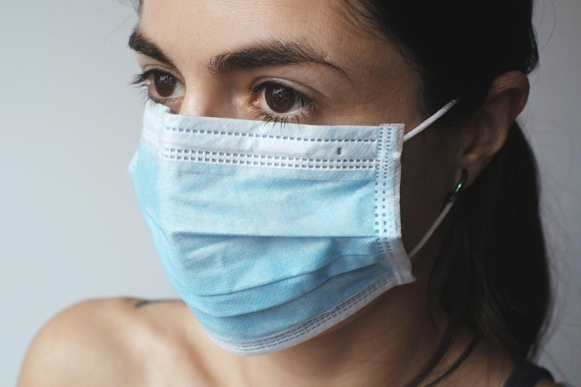 Le portt du masque devient obligatoire pour les rassemblement de plus de 10 personnes organisés en plein air. Image par Juraj Varga de Pixabay