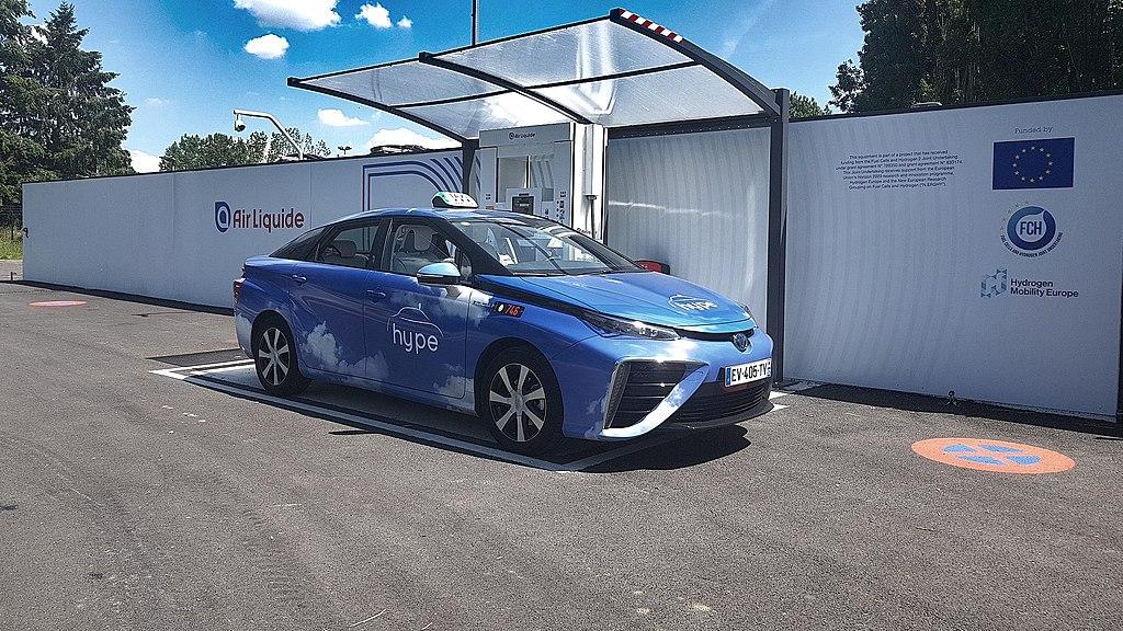 1024px-Toyota_Mirai_de_la_société_hype_taxi_à_une_station_hydrogène (CC BY-SA 4.0)