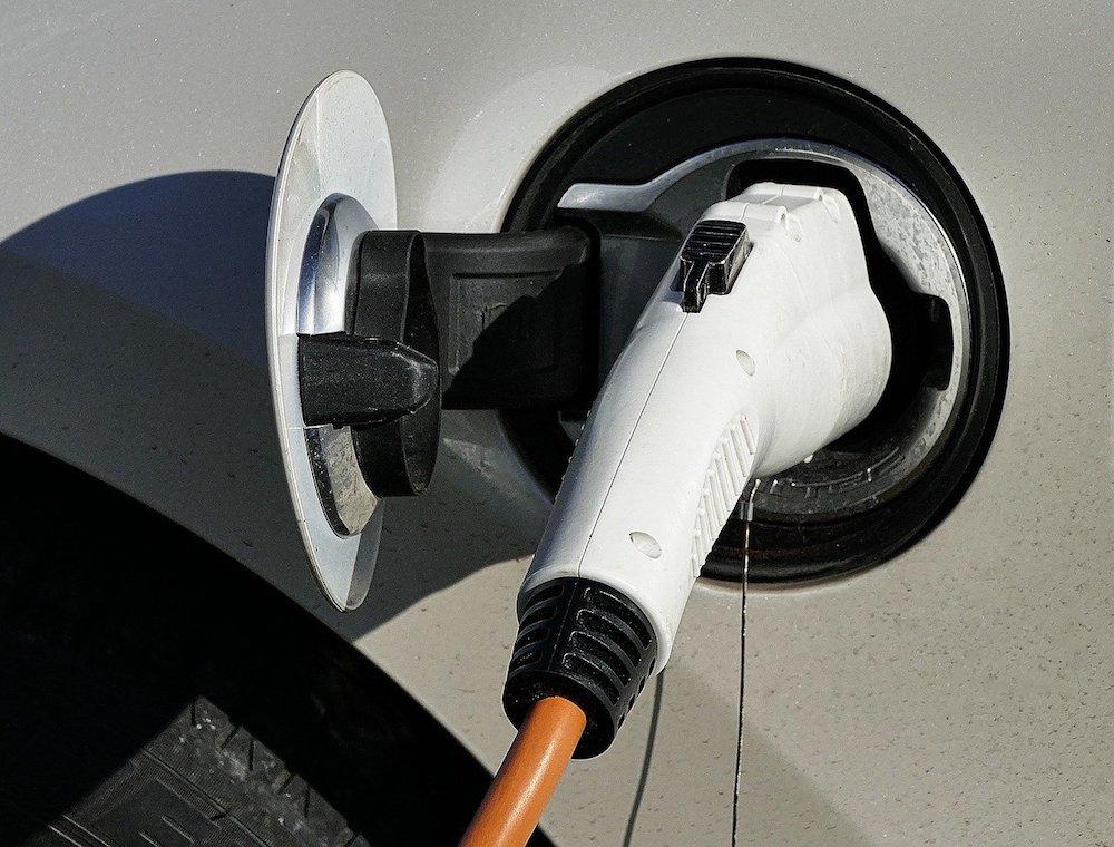 Le constructeur automobile PSA (Peugeot, Citroën, Opel) et l'énergéticien Total ont annoncé jeudi la création d'une société commune de fabrication de batteries